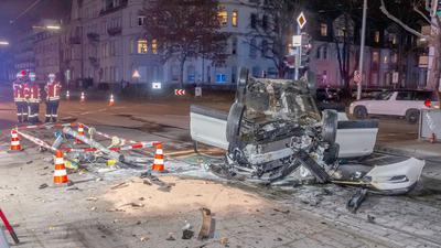 Einsatzkräfte von Polizei und Feuerwehr stehen während eines Einsatzes nach einem Unfall auf einer Straße. Ein mit einem Messer bewaffneter Mann hat im Westen Baden-Württembergs innerhalb weniger Stunden verschiedene Unfälle verursacht, dabei mehrere Menschen verletzt und zwei Fahrzeuge geraubt. Der 48-Jährige habe am Dienstagabend zunächst Unfälle im Raum Karlsruhe verursacht, sei dann über die Autobahn 5 Richtung Süden geflohen und in der Gegend von Freiburg nach weiteren Unfällen schließlich festgenommen worden, teilten Staatsanwaltschaft und Polizei mit.