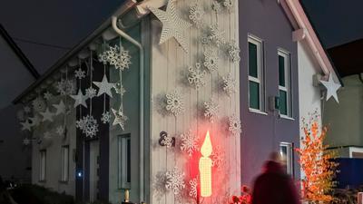 Am Haus von Thorsten Grüger ist von ihm eine rot leuchtende LED Kerze angebracht.
