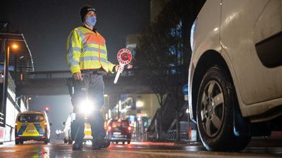 Ein Polizeibeamter bei einer Kontrolle zur Einhaltung der Ausgangsbeschränkungen in Stuttgart.