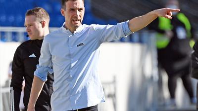 Der Karlsruher Trainer Christian Eichner gestikuliert.