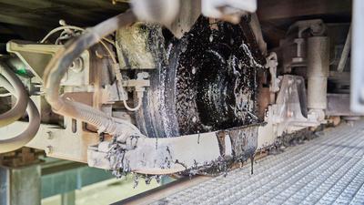 Eine klebrige Masse hängt an einem Rad einer Karlsruher Straßenbahn im Betriebshof.
