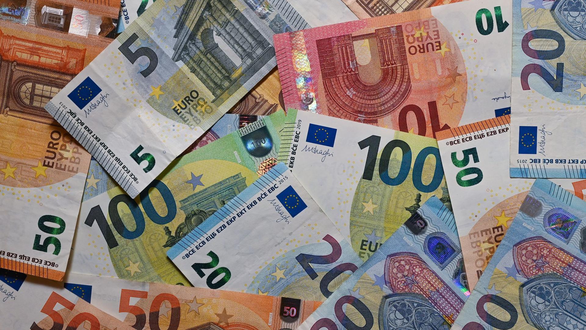 Eurobanknoten liegen auf einem Tisch.