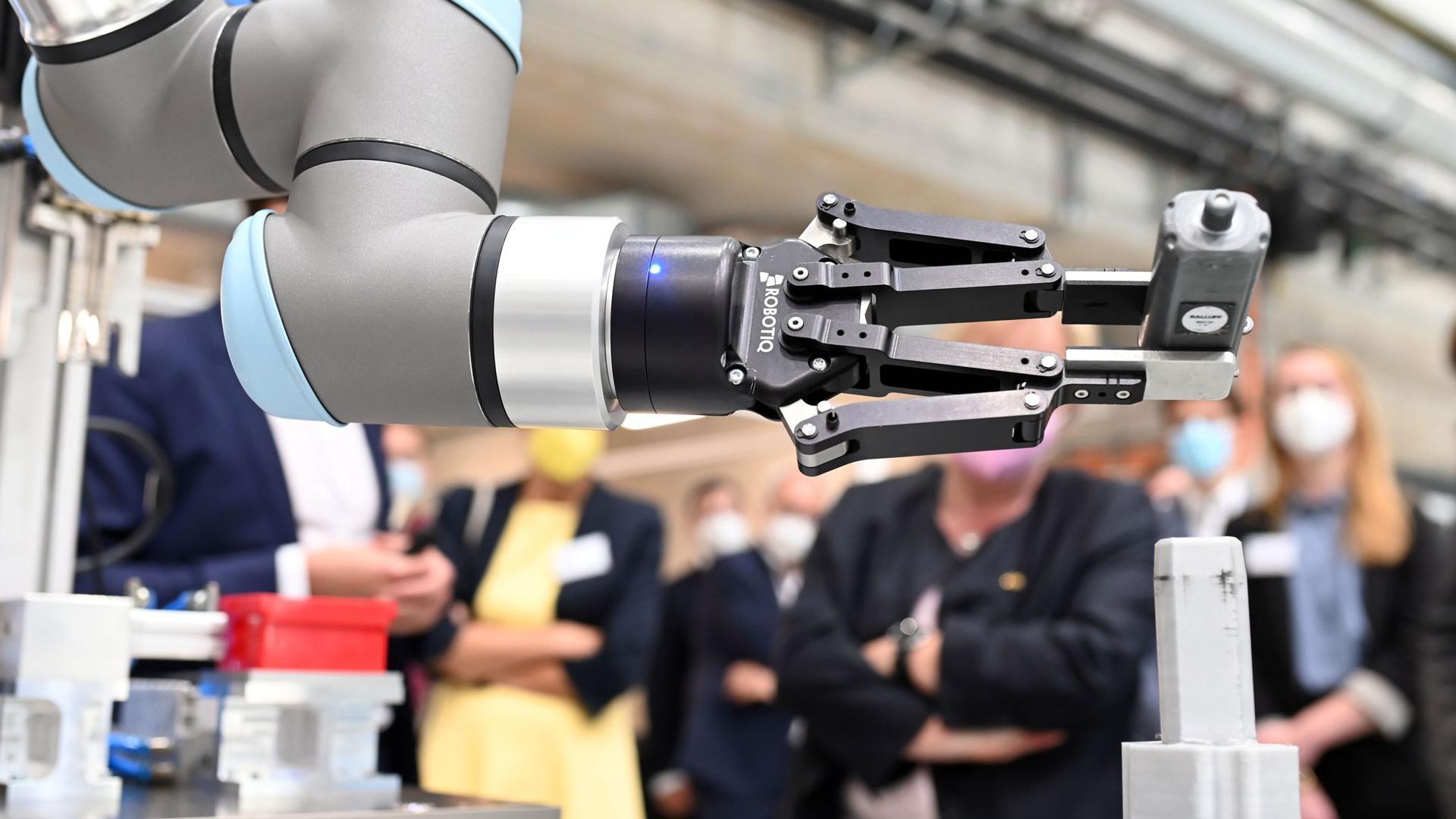 Am KIT wird eine automatisierte Station zur Demontage von Elektro-Motoren vorgeführt.