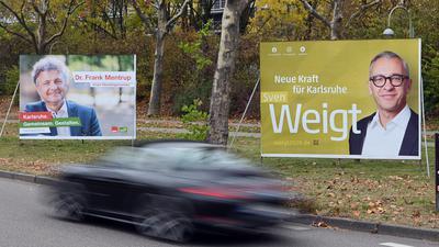 10.11.2020, Baden-Württemberg, Karlsruhe: In der Innenstadt stehen Wahlplakate zur Oberbürgermeisterwahl von Frank Mentrup (der für SPD und Bündnis 90/ Die Grünen antritt), amtierender Oberbürgermeister, und Sven Weigt (der für CDU und FDP antritt). Die Wahl soll am 6. Dezember 2020 stattfinden. (zu dpa: «Karlsruher wählen neuen Oberbürgermeister») Foto: Uli Deck/dpa +++ dpa-Bildfunk +++