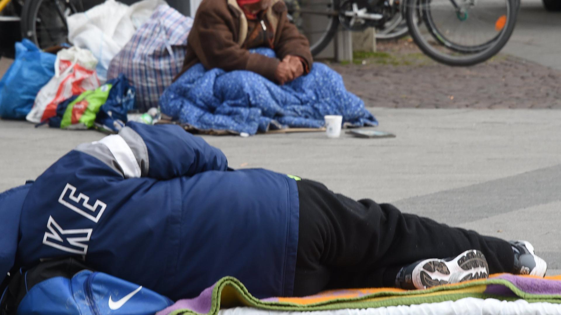 Lebt ein Mensch bereits auf der Straße, ist die Hilfe schwer: Der Landkreis Karlsruhe hat ein Konzept aufgelegt, mit dem Obdachlosigkeit rechtzeitig verhindert werden soll. Zwölf Kommunen beteiligen sich an dem vorerst befristeten Projekt.