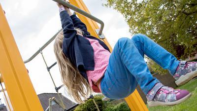 ILLUSTRATION - Zum Themendienst-Bericht vom 16. September 2021: Ab auf den Spielplatz! Kindergartenkinder sollten sich drei Stunden am Tag bewegen. Foto: Christin Klose/dpa-tmn - Honorarfrei nur für Bezieher des dpa-Themendienstes +++ dpa-Themendienst +++