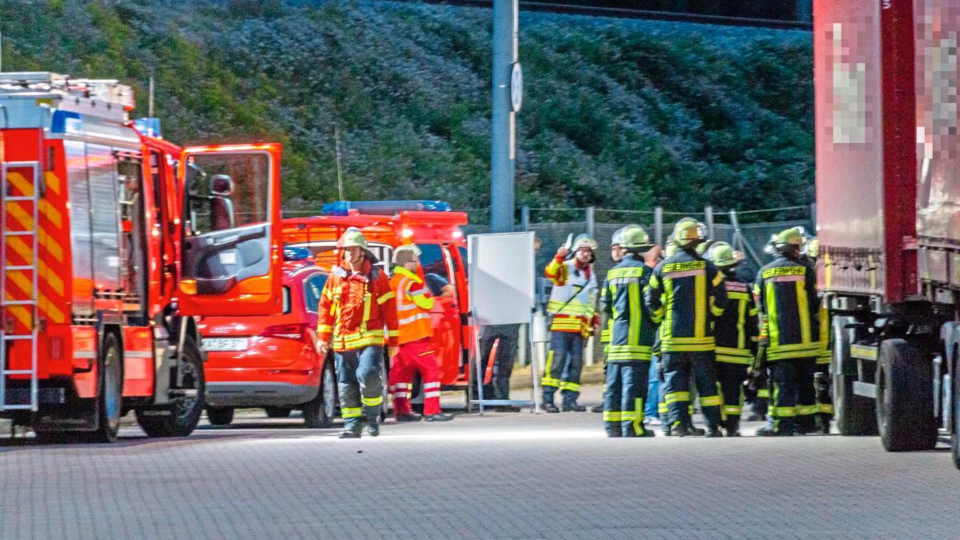 Ein Gefahrguteinsatz in einer Spedition in der Karlsruher Oststadt hat am Dienstagabend ein Großaufgebot an Einsatzkräften beschäftigt.