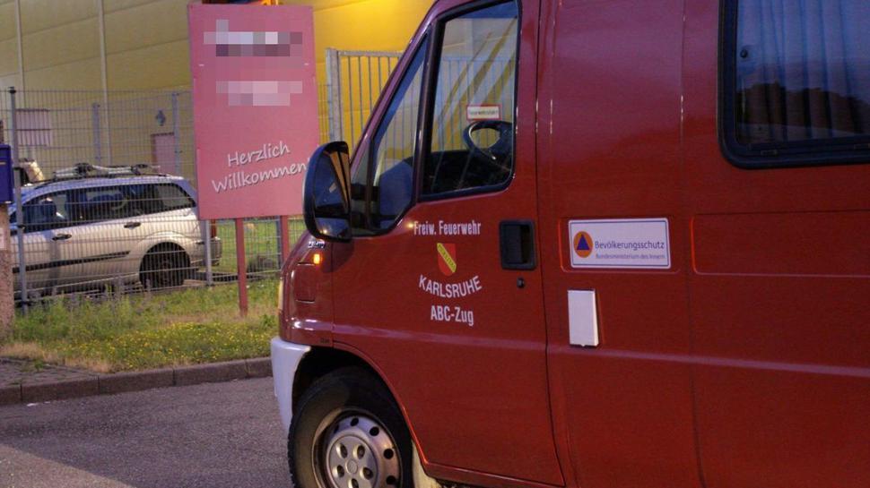 Die Berufsfeuerwehr Karlsruhe und ein ABC-Zug waren mit einem Großaufgebot vor Ort, darunter Einsatzkräfte mit Schutzanzügen.
