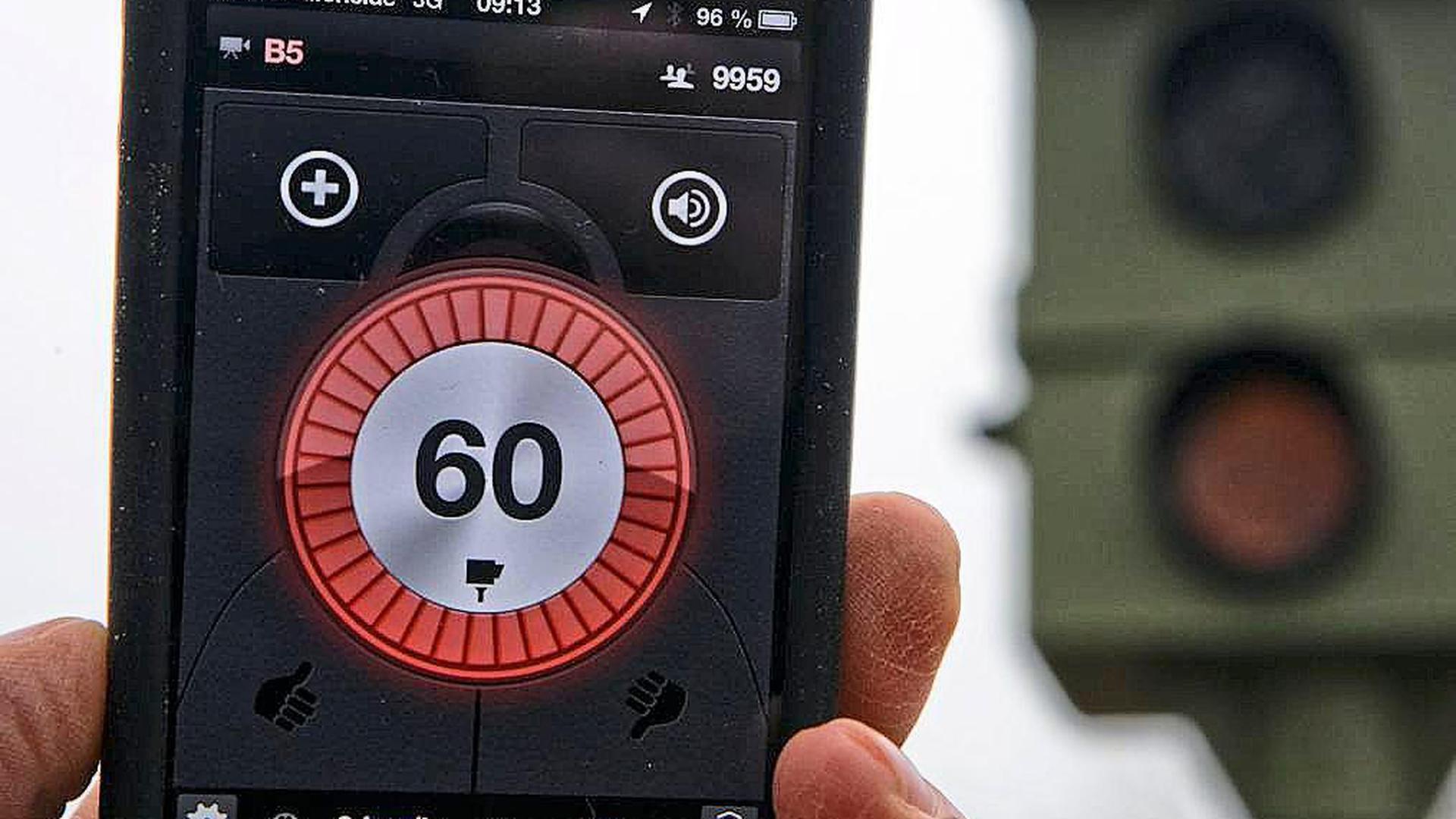 Blitzer-Apps oder andere technische Hilfsmittel dürfen während der Fahrt nicht aktiv genutzt werden. In der Realität ist ein Nachweis allerdings schwierig.