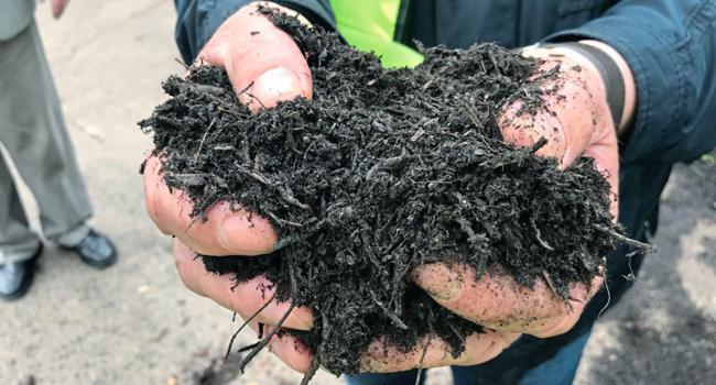 Franz Vogel hält seinen Kompost in der Hand. Er gilt als Verursacher des PFC-Skandals.