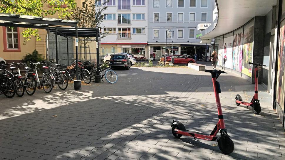 Die E-Scooter von VOI nahe der Haltestelle Karlstor: Nutzer dürfen gerne umsteigen, nicht aber damit einsteigen.