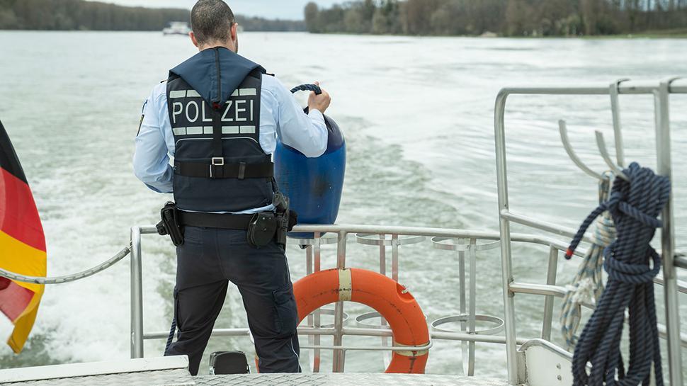 Die Wasserschutzpolizei hilft den Schiffsführern auch in Not, sie ist nicht nur ein Kontrollorgan.