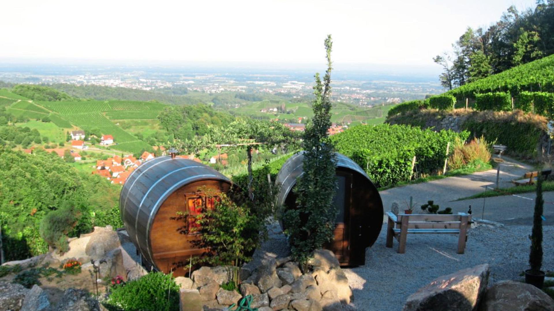 Sechs Weinfässer thronen über Sasbachwalden und bieten Natur- und Weinfans einen Ort für eine außergewöhnliche Übernachtung an.
