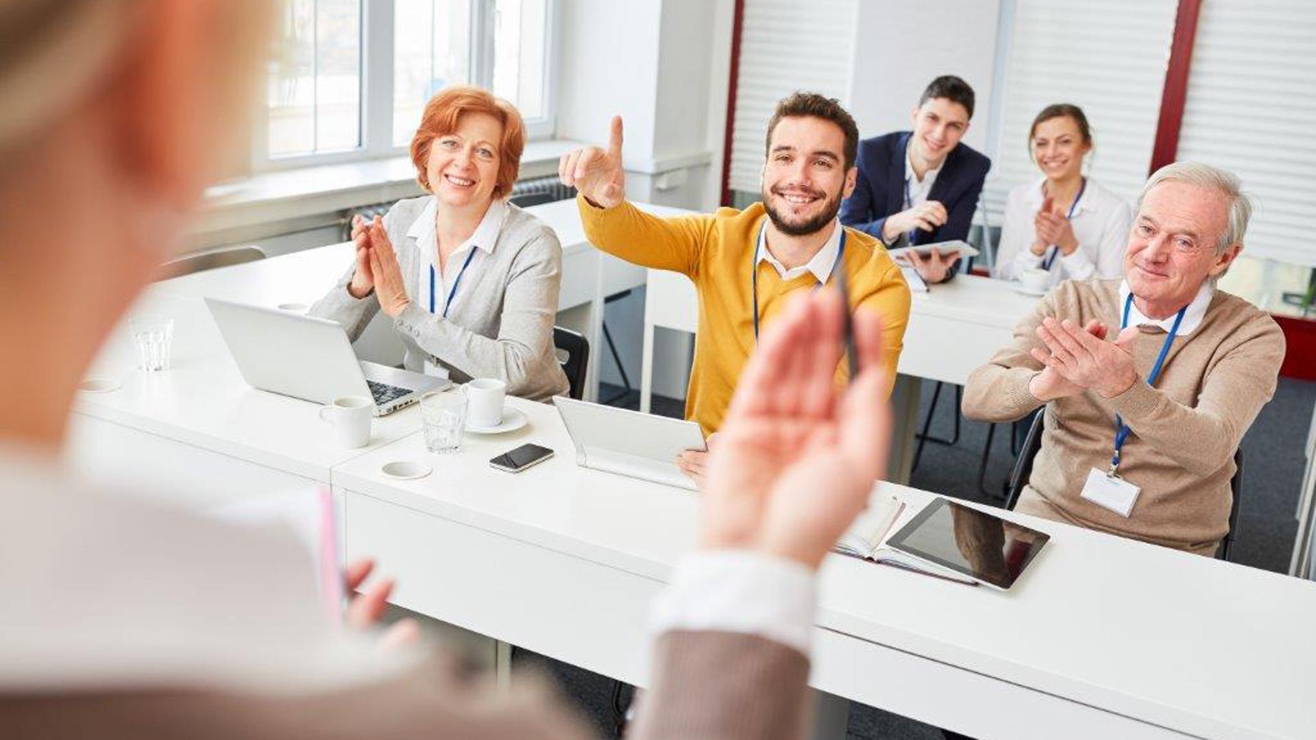 Bei Seminaren zu nebenberuflicher Weiterbildung treffen junge und erfahrenere Fachkräfte aufeinander, tauschen sich aus und erweitern ihre Karrierechancen.