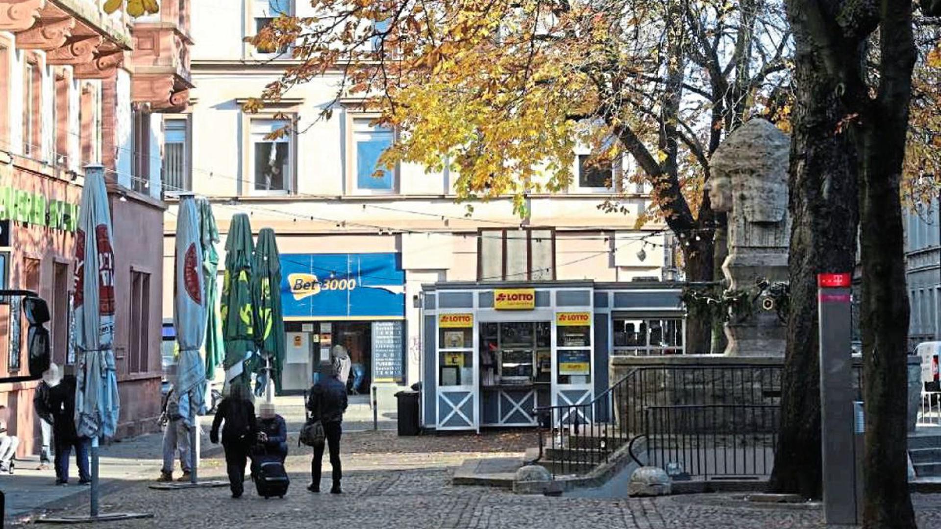 In der Dezembersonne trinken einige Männer bereits am frühen Nachmittag Bier auf dem Werderplatz.