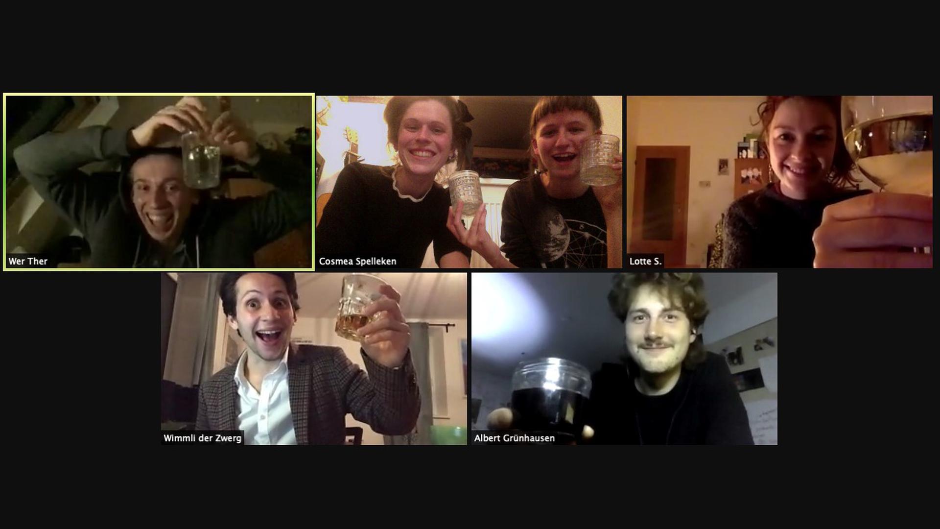 Stoßen am Bildschirm an: Jonny Hoff, Regisseurin Cosmea Spelleken und Lotta Schweikert, Klara Wördemann, Florian Gerteis und Michael Kranz