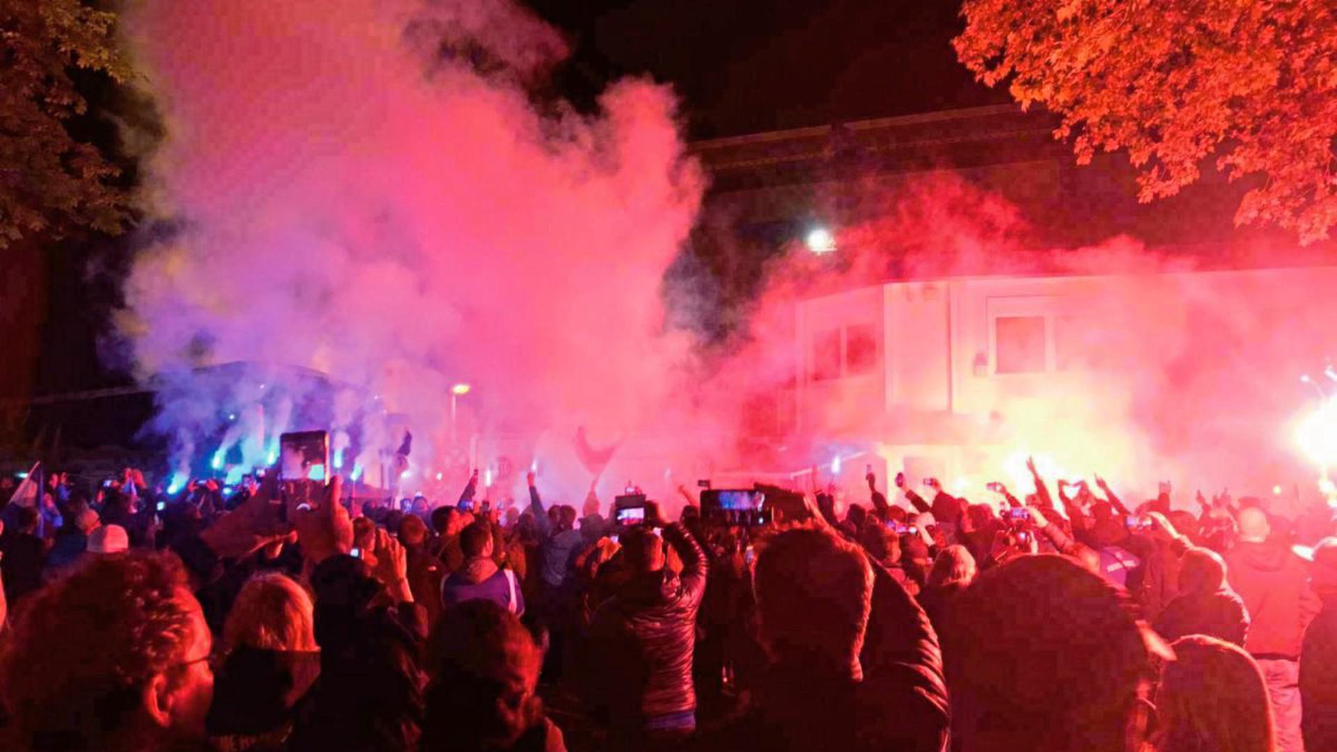 """""""Pyromenal"""": Die KSC-Fans haben der Mannschaft am Samstagabend in Karlsruhe einen denkwürdigen Empfang bereitet."""