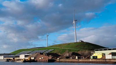 Die neueste Anlage (rechts) auf dem Energieberg ist Ende 2018 in Betrieb gegangen. Das zweite Windrad läuft mittlerweile seit 2002 – eine Erneuerung hängt von der Entwicklung der Rahmenbedingungen ab.