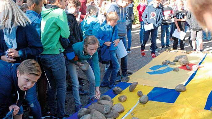 Ein Stein für jeden gefahrenen Kilometer: Die Schüler wollen mit diesem symbolischen Akt auf den CO2-Verbrauch hinweisen, der auf ihrem Schulweg anfällt.