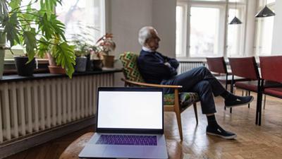 Das Internet ermöglicht es Bewohnern von Pflegeheimen, mit den Angehörigen und der Außenwelt Kontakt zu halten.