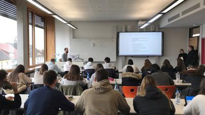 Auf dem Tablet notieren Schüler einer iPad-Klasse an der Wilhelm-Röpke-Schule in Ettlingen Wichtiges aus dem Unterricht. Der Lehrer bedient den Computer vom Pult aus, ohne dabei den Schülern den Rücken zudrehen zu müssen.