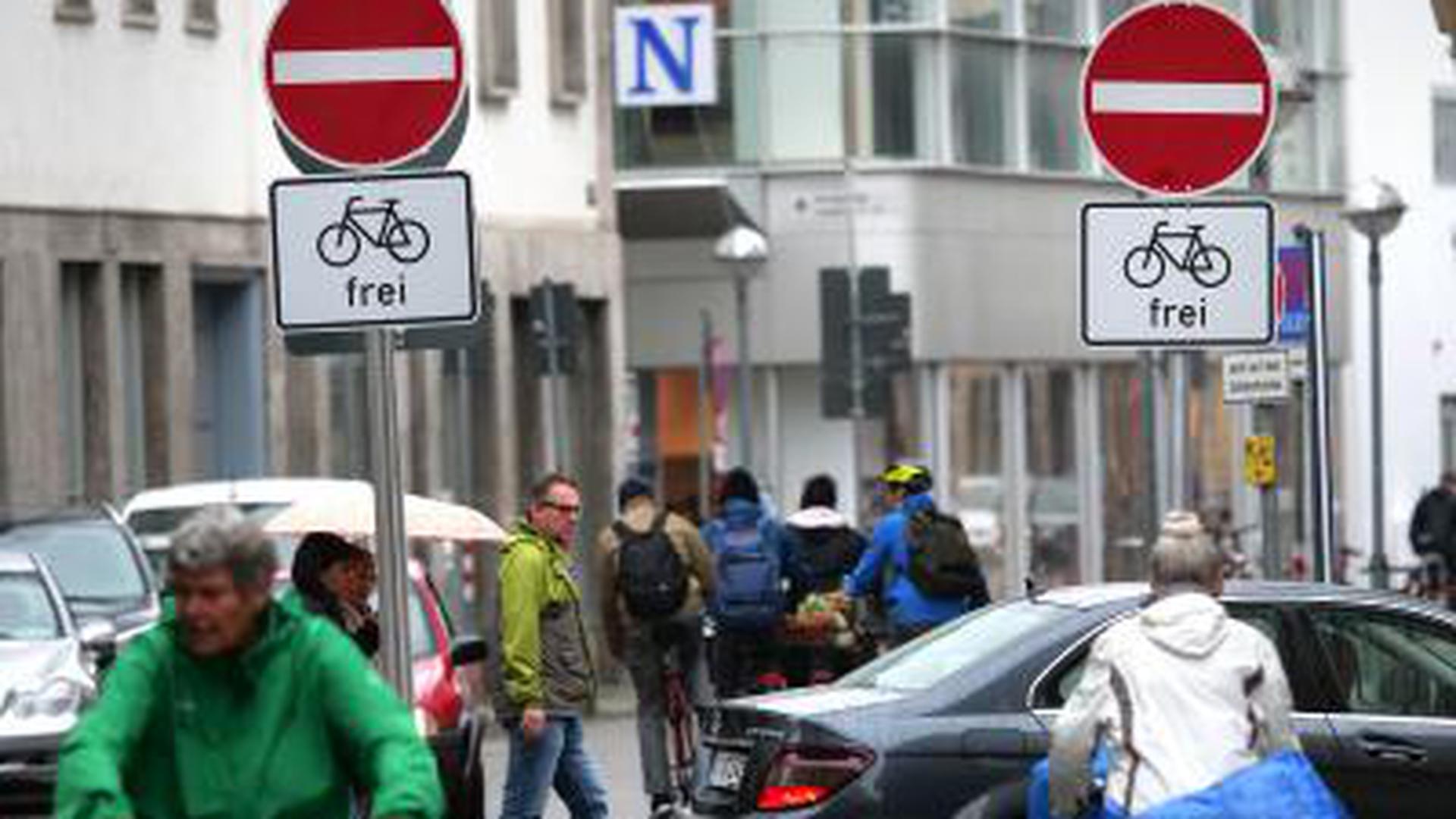 Wendende Autofahrer auf dem Zirkel machen Radlern und Fußgängern weiter das Leben schwer. Dabei steht die Barriere schon länger als zehn Wochen.