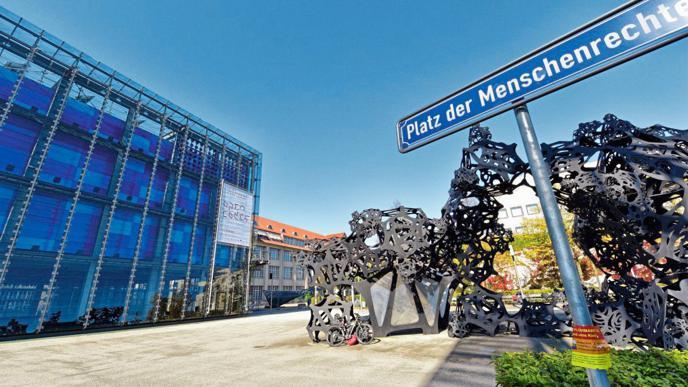 Der ZKM-Vorplatz mit den Kunstwerken ist bei Fotografen beliebt.