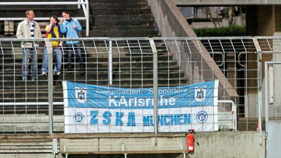 Die Zaunfahne des Fanclubs.