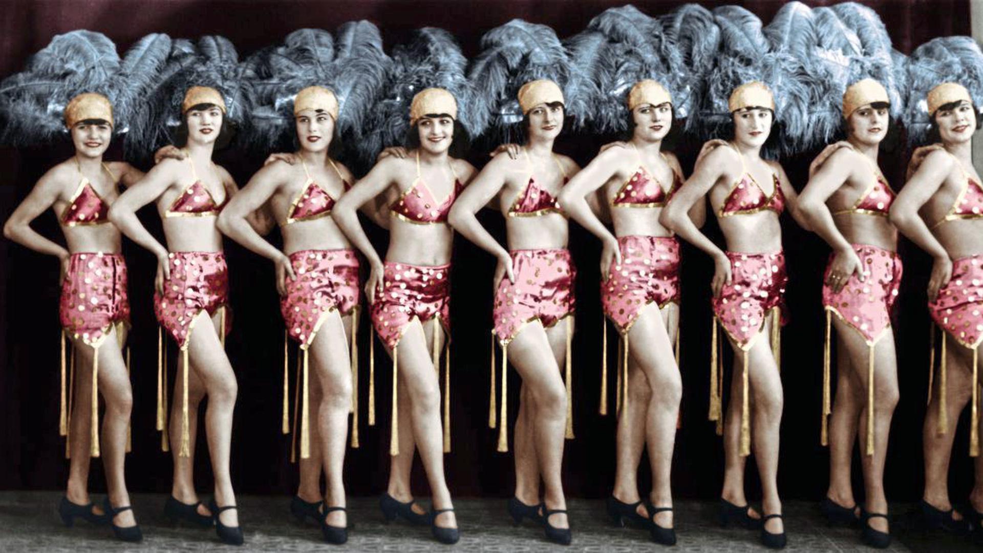 """Ein Hauch von Sünde: In den Zwanzigern kam keine Revue ohne """"Girls"""" aus – hier das Damenballett Ehed Karina aus Berlin."""