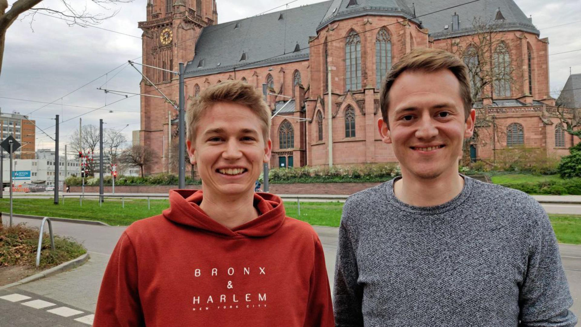 Die Studenten Lars Eckmann (rechts) und Rafael Schreiber haben die Idee einer Hotline, über die Hilfesuchende und Helfer vernetzt werden können.