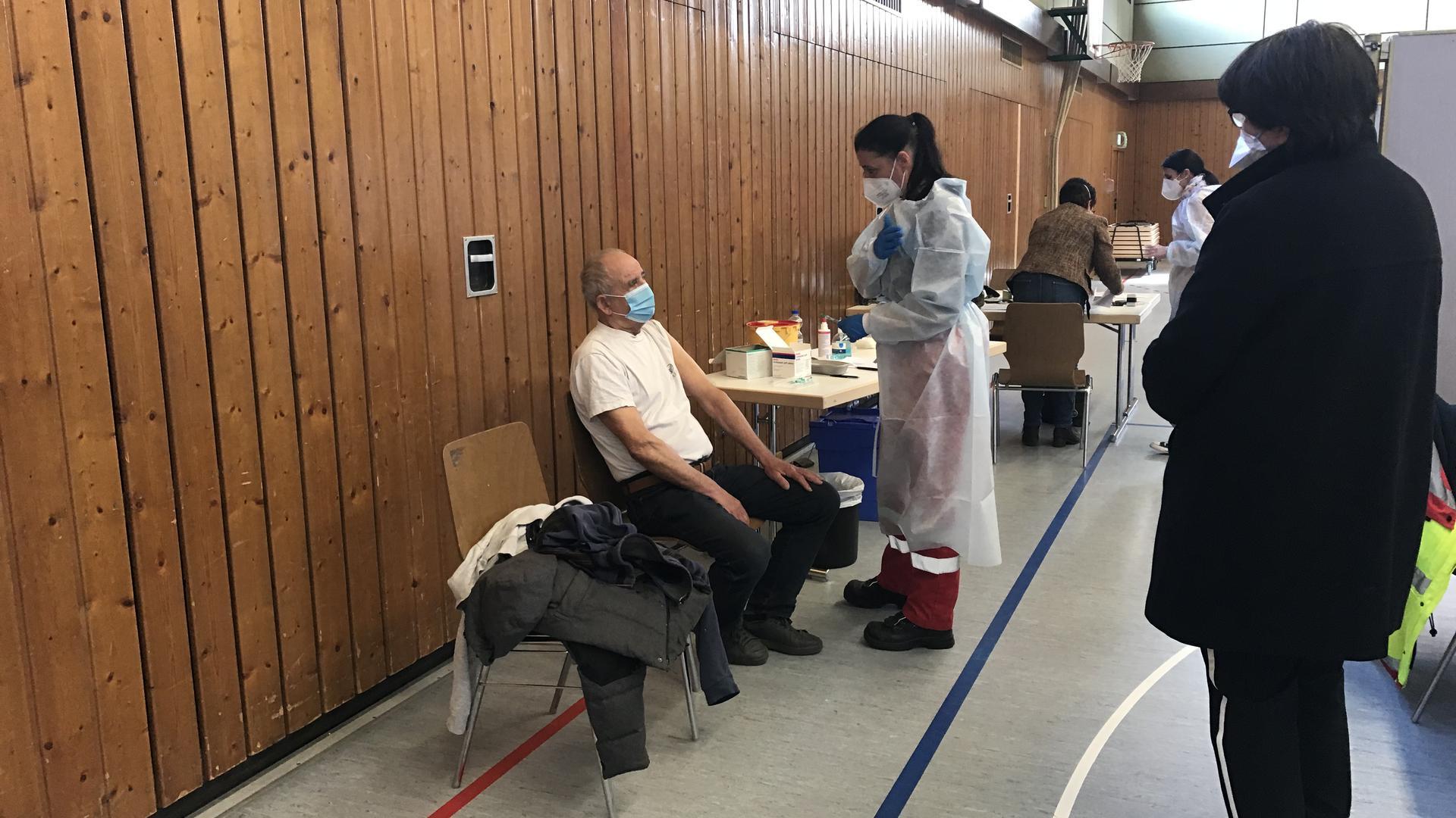 Die Bruchsaler Oberbürgermeistern Petzold-Schick bei einer Impfung durch mobile Impfteams in der Bundschuhhalle in Untergrombach.
