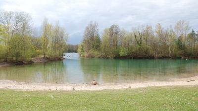 Das Bild zeigt Liegewiese, Sandstrand und Badebucht des Untergrombacher Baggersees.