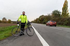 Markus Stauder steht mit seinem Rennrad an der vielbefahrenen L638.