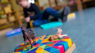Kind spielt auf dem Boden