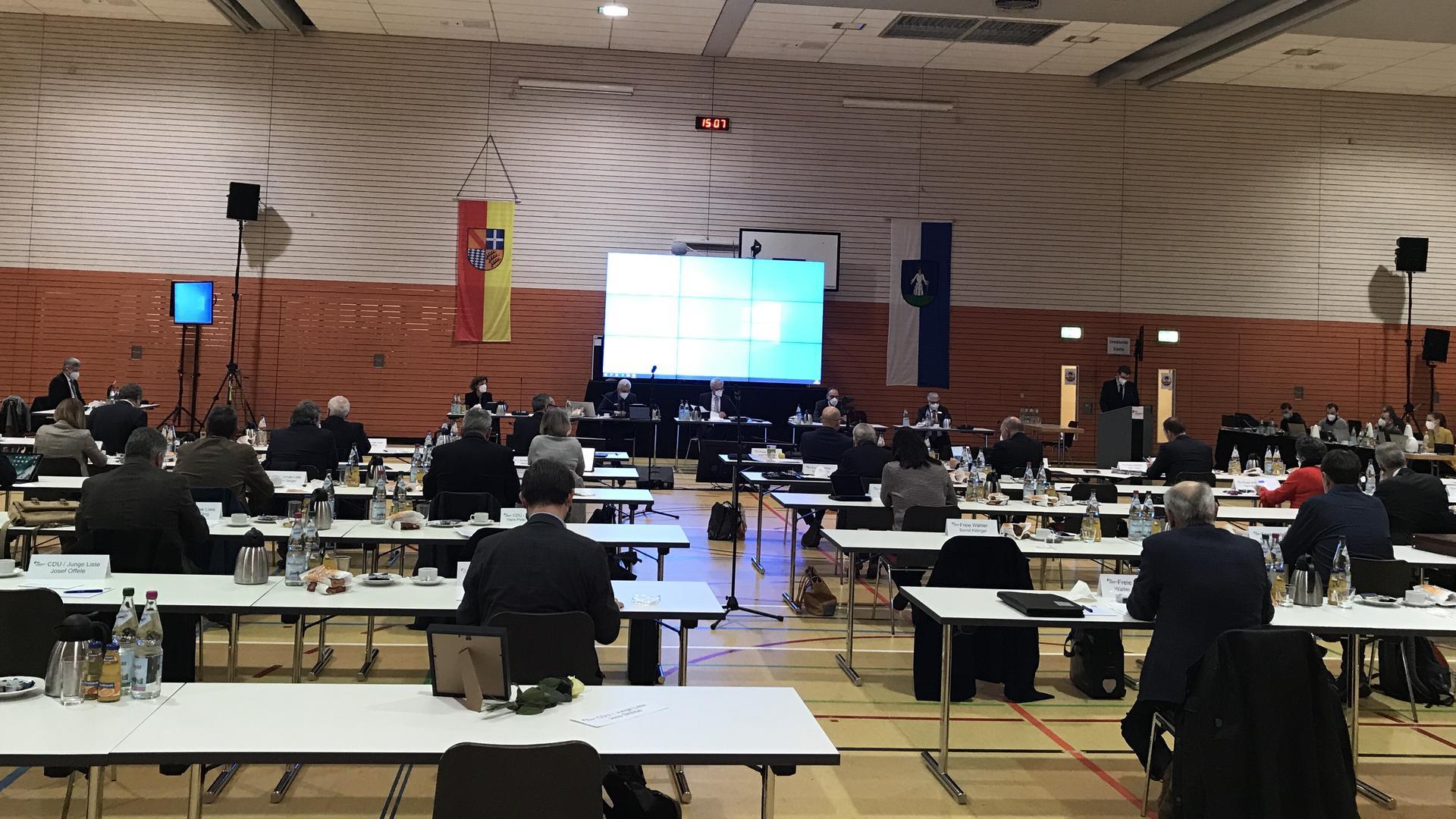 Beim Kreistag ging es ums Geld: In der Waldseehalle in Forst verabschiedete der Landkreis am Donnerstagnachmittag seinen Haushalt 2021.
