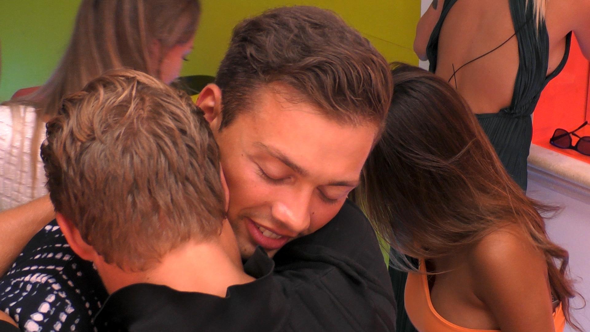 Henrik verabschiedet sich von seinem Kumpel Josua.