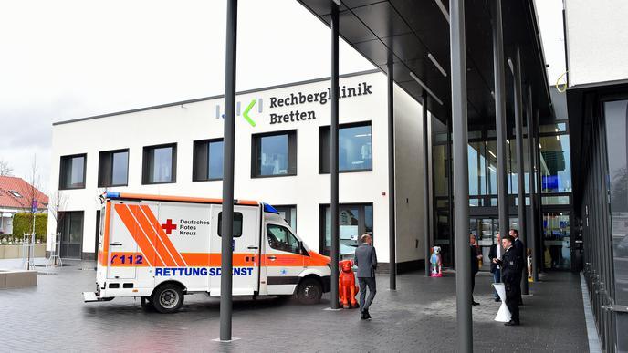 Die neue Rechbergklinik ist in unmittelbarer Nachbarschaft zu ihrer Vorgängerin entstanden. Die alte Klinik aus den 60er-Jahren wird abgerissen. Auf dem Areal entsteht unter anderem ein Ärztehaus.
