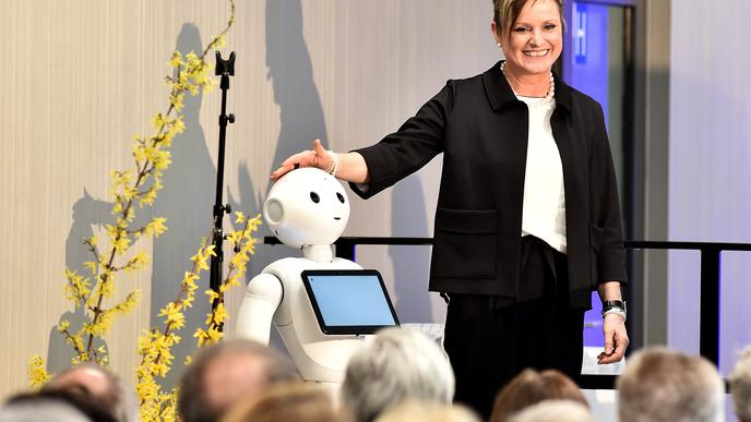 """Regionaldirektorin Susanne Jansen versteht sich gut mit """"Pepper"""", dem heimlichen Star der neuen Rechbergklinik. Das humanoide Robotermädchen soll die Patienten unterhalten und informieren."""