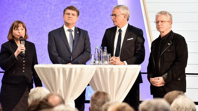 Wegweisend Dass der Neubau der Rechbergklinik der richtige Schritt ist, darin waren sich Ministerialdirigentin Monika Vierheilig, OB Martin Wolff, Landrat Christoph Schnaudigel und Jörg Martin, Geschäftsführer der RKH, einig (von links).