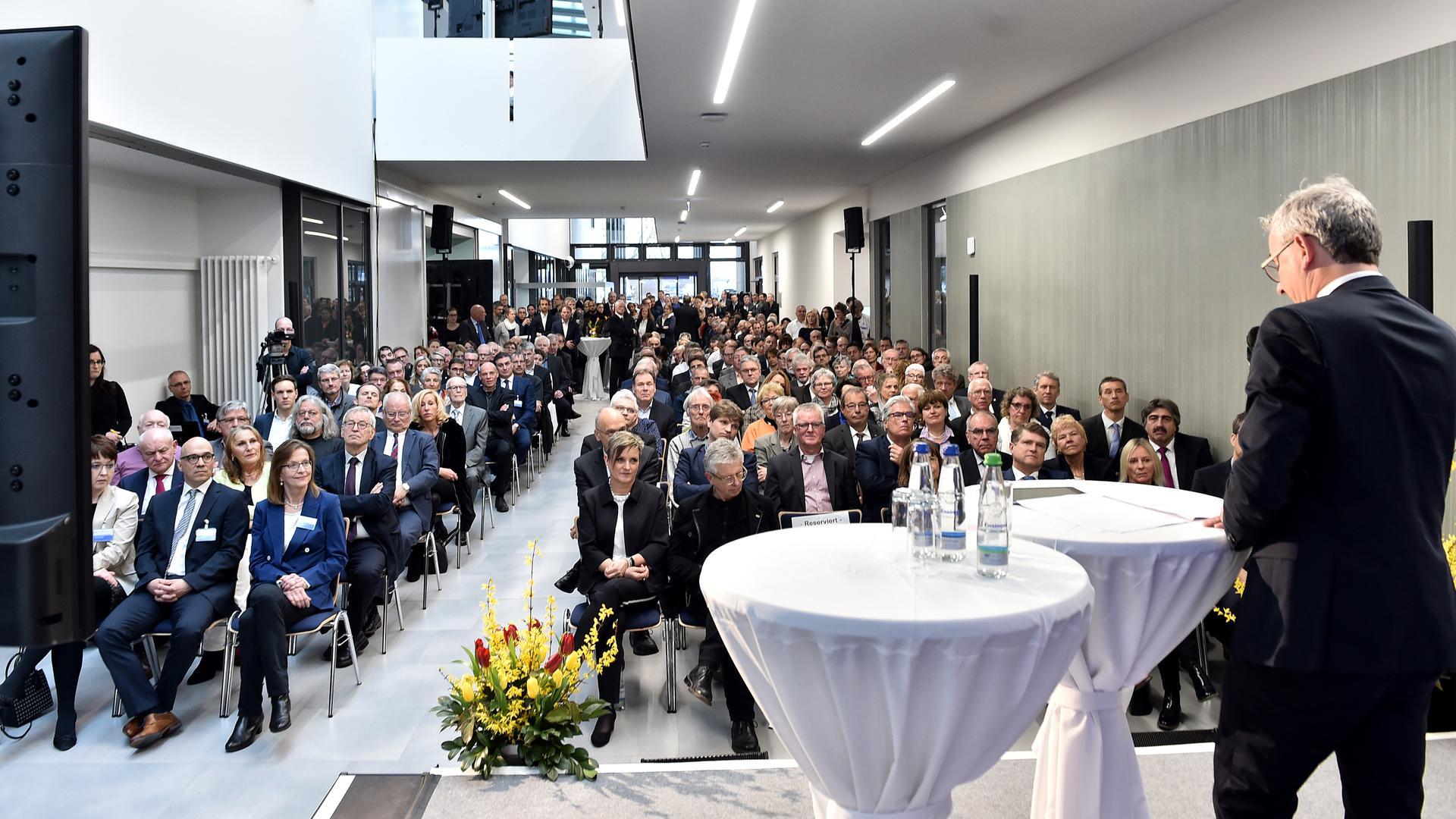 """Lichtdurchflutet zeigt sich die sogenannte """"Magistrale"""", der großzügige Eingangsbereich der neuen Rechbergklinik in Bretten. Landrat Christoph Schnaudigel (rechts) konnte zahlreiche Gäste zur Eröffnung des Hauses begrüßen."""
