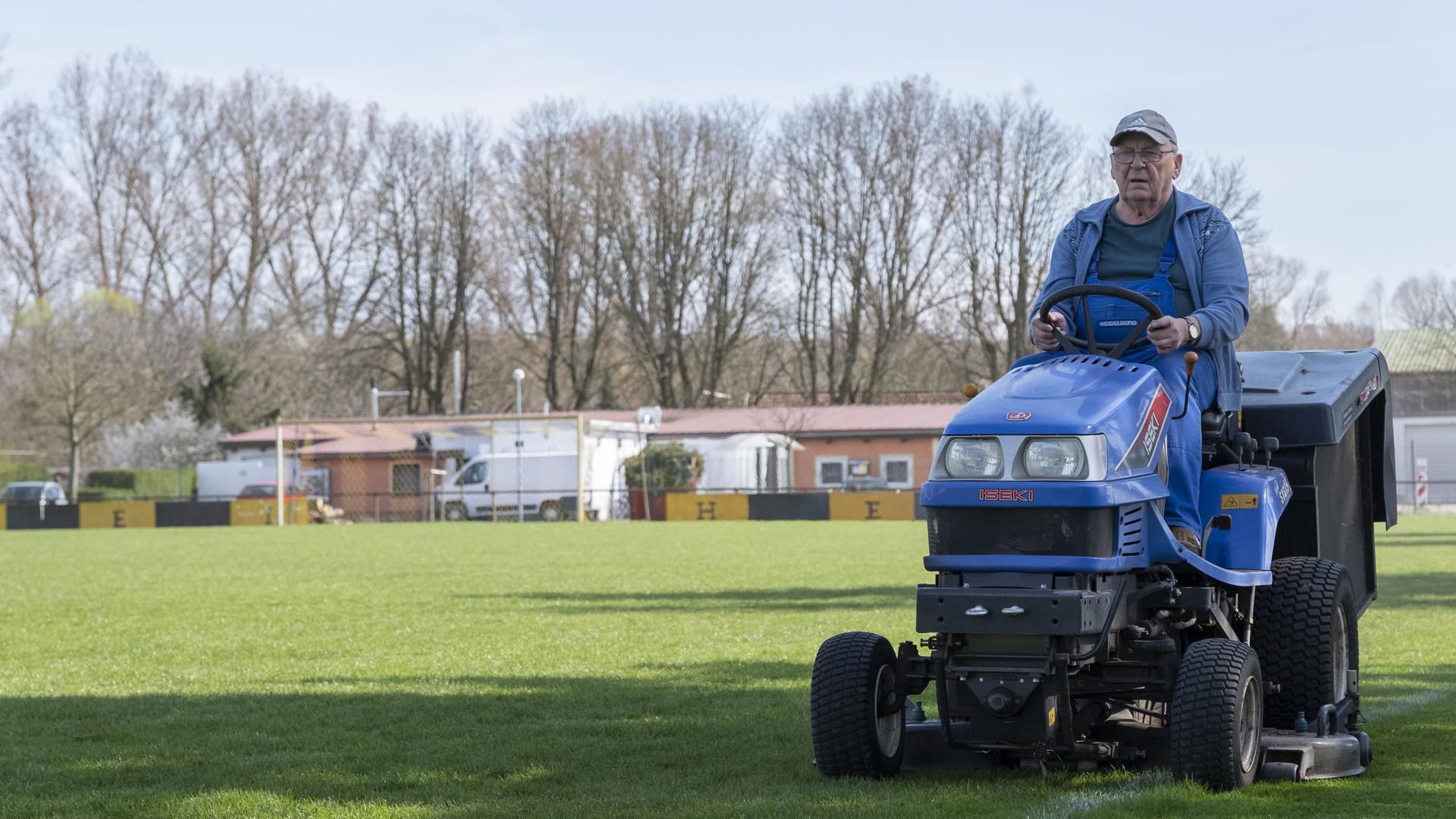 Fußballplatz des FC Weiher, Bruno Meister bei der Rasenpflege;