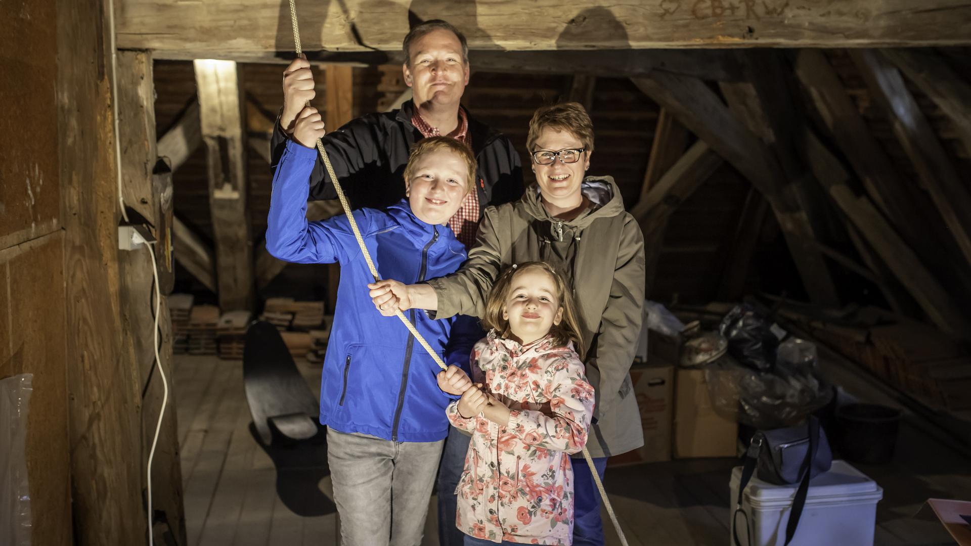 Julia und Holger Lux und ihre Kinder Madita und Yannick durften zum ersten Mal an dem Seil der Glocke ziehen