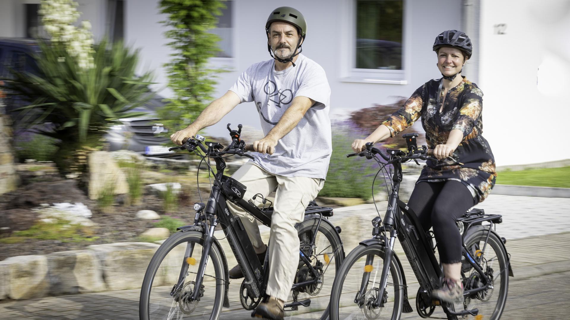 Schnell unterwegs sind Gerald und Claudia Herr und genießen die neuen Freiheiten durch ihr E-Bike.