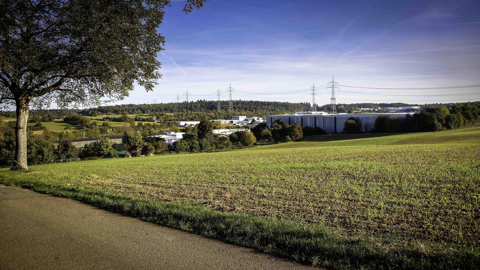 Im Flächenutzugsplan soll der 7. Erweiterungsabschnitt des Gölshausener Industriegebiets ausgewiesen werden angrenzend an das im Hintergrund zu sehende Firmengelände der Unidek.