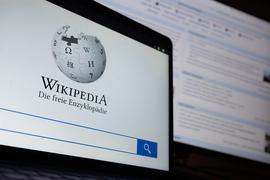 Die Startseite mit dem Logo der deutschsprachigen Internet-Enzyklopädie Wikipedia ist auf einem Laptop angezeigt. Im Hintergrund ist die Hauptseite zu sehen. Das Projekt wurde am 15. Januar 2001 gegründet. +++ dpa-Bildfunk +++