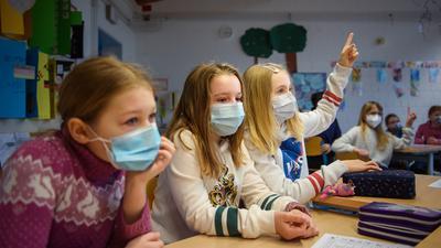 Schüler mit Maske im Unterricht