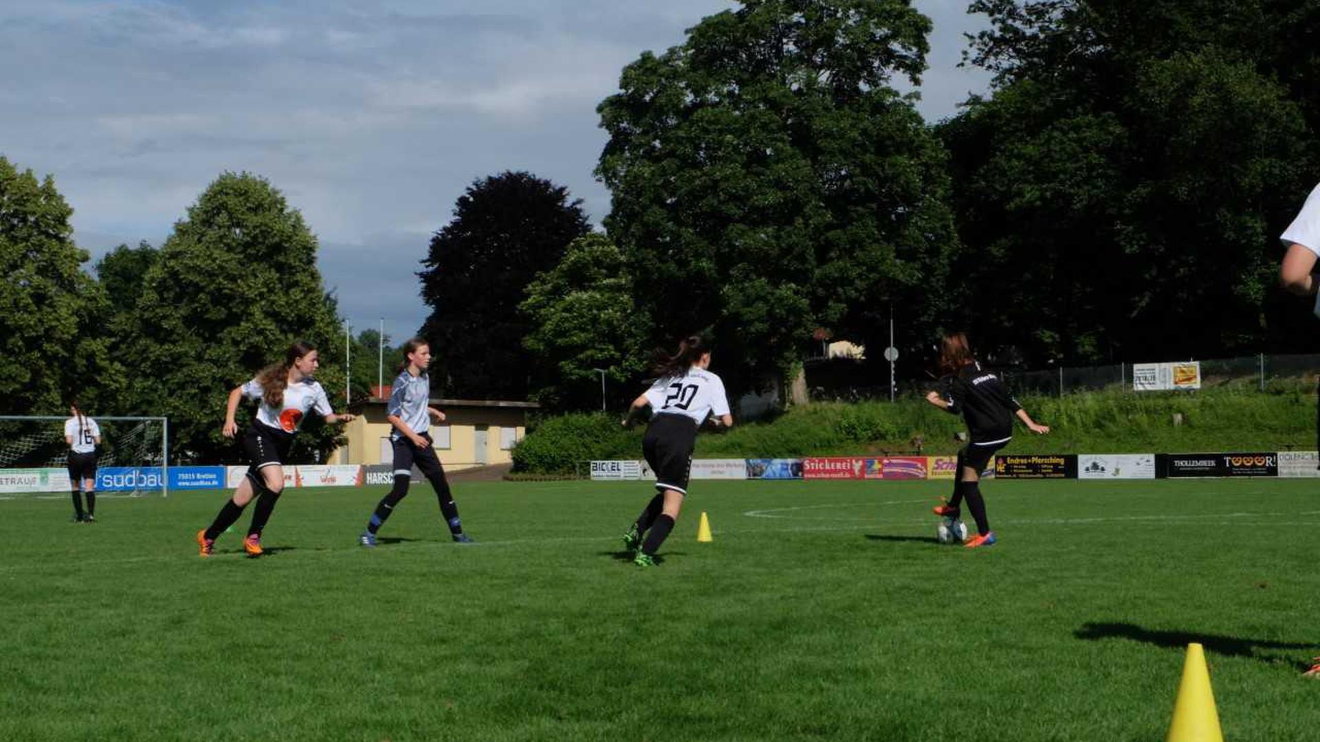 Trainingsszene der SV Kickers Büchig: Passspiel bei Angriffen