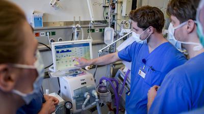 25.03.2020, Hamburg: Krankenhausärzte werden in die Bedienung eines Beatmungsgerätes eingewiesen. Das Universitätsklinikum Eppendorf informierte über die Vorbereitungen der Klinik in der Corona-Krise. Dort werden derzeit zehn Corona-Infizierte intensivmedizinisch versorgt. Das UKE ist laut Kluge, Direktor der Klinik für Intensivmedizin des UKE, auch bei stärker steigenden Zahlen gut aufgestellt. Foto: Axel Heimken/dpa/Pool/dpa +++ dpa-Bildfunk +++ | Verwendung weltweit
