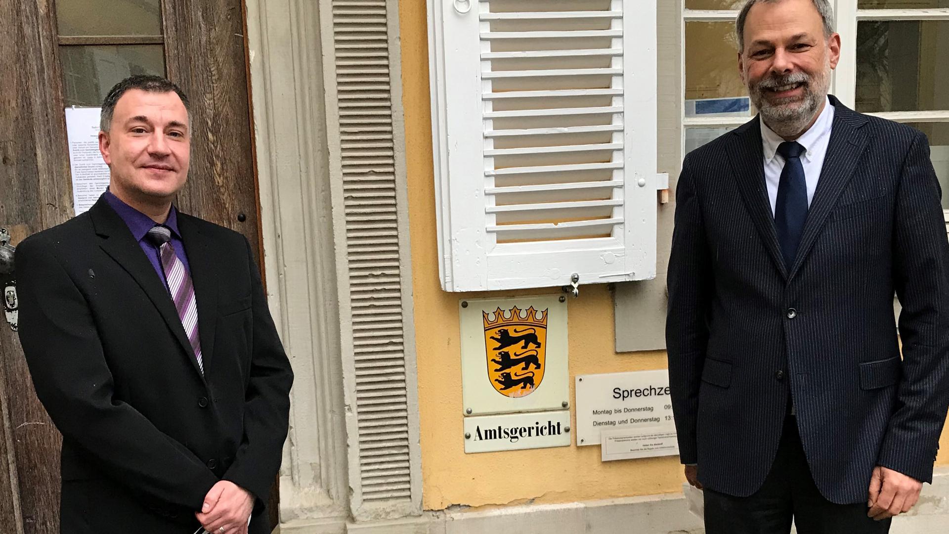 Zwei Männer vor der Tür zum Amtsgericht Bretten.