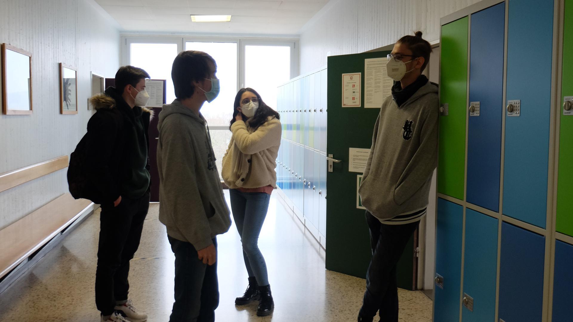 Schüler des Abiturjahrgangs am Melanchthon-Gymnasium in Bretten wechseln während der Pausen ihre Klassenzimmer.